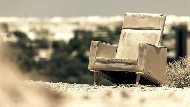 Vieux fauteuil abandonné dans un champ