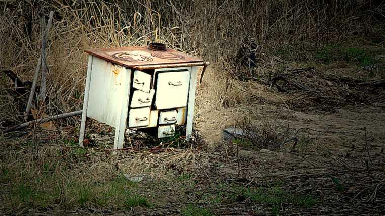 Vieux fourneau abandonné dans un champ